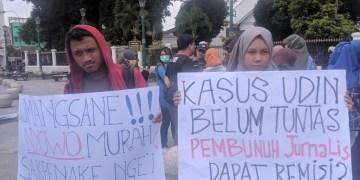 Salah satu masa aksi sedang memegang atribut dalam aksi serentak Aliansi Jurnalis Independen (AJI) Yogyakarta menuntut presiden mencabut remisi terhadap pembunuh jurnalis radar Bali di Nol KM Yogyakarta (24/1). Bayu Utomo/Journal