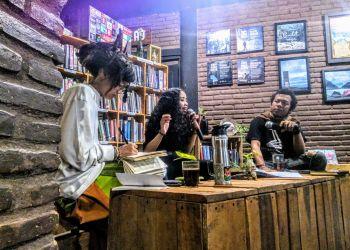 Terlihat Riska [tengah] sedang berbicara menggunakan microphone diantara Cupay [kiri] dan Raihan [kanan]. Foto. Journal/Bayu Utomo
