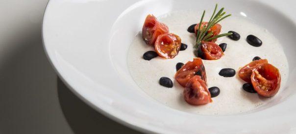 Cagliata di fagioli neri di Zollino, latte di cotenna e datterino rosso alla brace. Sara Latagliata