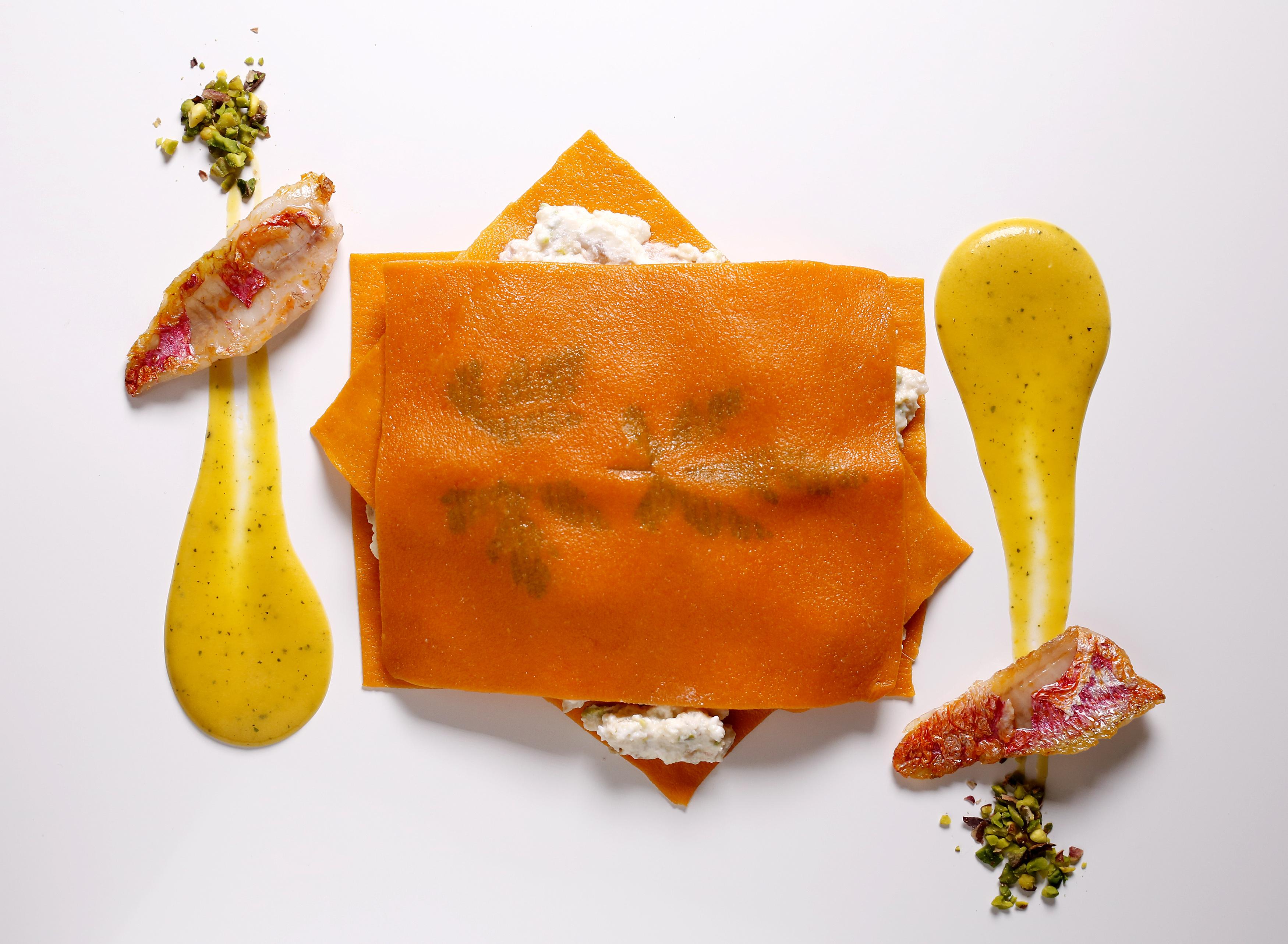 Lasagnetta rossa aperta, ragù di triglia, ricotta e datterini gialli, sugo ai datterini gialli confit e pistacchio tostato