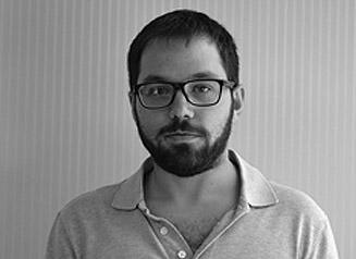 Nikolaos-Foto-Exterior-1º-327-×-238-Blanco-y-negro.jpg