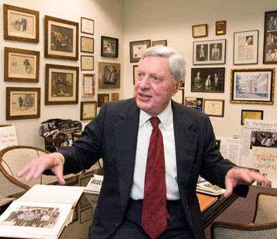 Luật sư Joe Jamail, tốt nghiệp trường Luật - Đại học Texas, được biết đến là luật sư giàu  nhất nước Mỹ với tài sản 1,7 tỷ USD, xếp hạng thứ 368 trong danh sách 400 người giàu nhất thế giới năm 2014 của tạp chí Forbes. Ảnh: utexas.edu