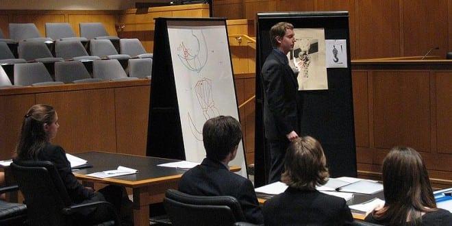 Luật sư đang trình bày về chứng cứ trong một phiên tòa ở Mỹ. Ảnh: Wikipedia.