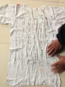 Nguyễn Văn Chưởng dùng tăm thêu thơ kêu oan lên áo. Nguồn ảnh: vtc.vn