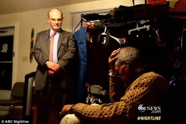 """Cựu Công tố viên A.M. """"Marty"""" Stroud III gặp mặt và trực tiếp xin lỗi ong Glenn Ford. Ảnh: ABC News"""