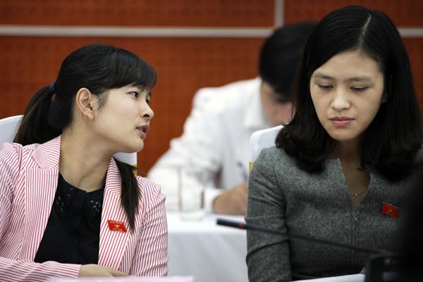 Đại biểu Vũ Thị Hương Sen (trái, sinh năm 1986, Hải Dương) là một trong những thành viên trẻ nhất của Quốc Hội khóa 13. Ảnh: VietNamNet