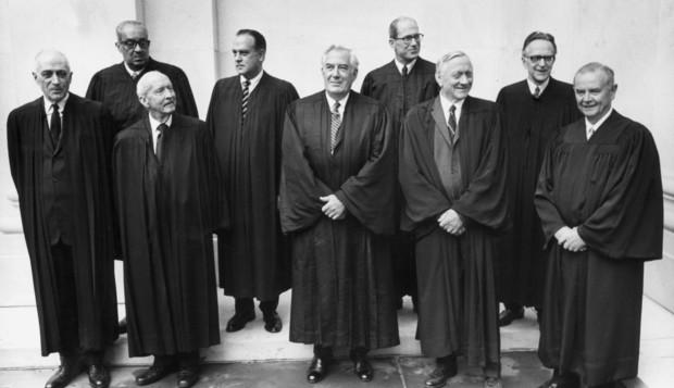 Chín thẩm phán tối cao pháp viện Hoa Kỳ cuối thập kỷ 60 (Nguồn ảnh: fggam.org)