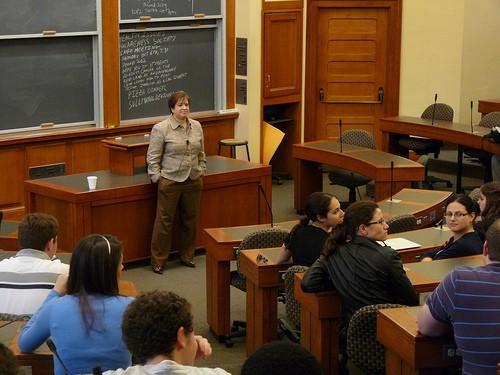 Giáo sư Elena Kagan (hiện nay là một thẩm phán Tối Cao Pháp Viện) trong một giờ giảng tại trường luật Harvard (Nguồn ảnh: newbostonpost.com)