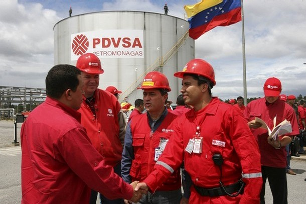 Venezuela's President Hugo Chavez (L) greets oil workers during his weekly broadcast at a nationalized oil field at Orinoco's belt in the southern strip of the eastern Orinoco River February 17, 2008. Chavez said on Sunday he will cut oil sales to the United States if Washington attacks the South American country as the country is in the midst of a legal battle with U.S. oil giant Exxon Mobil, which recently won court orders freezing up to $12 billion in Venezuelan assets to ensure compensation for an oil project Chavez nationalized last year. REUTERS/Miraflores Palace/Handout (VENEZUELA). EDITORIAL USE ONLY. NOT FOR SALE FOR MARKETING OR ADVERTISING CAMPAIGNS.