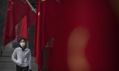 Một phụ nữ đeo khẩu trang chống virus trên đường phố Bắc Kinh, Trung Quốc, ngày 28/1/2020. Ảnh: Kevin Frayer/Getty Images.