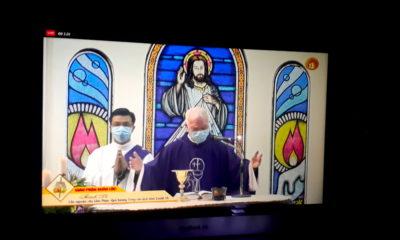 Một buổi thánh lễ được tổ chức trực tuyến cho giáo dân không thể đến nhà thờ vì đại dịch Covid-19 vào ngày 4/4/2020. Ảnh: Luật Khoa.