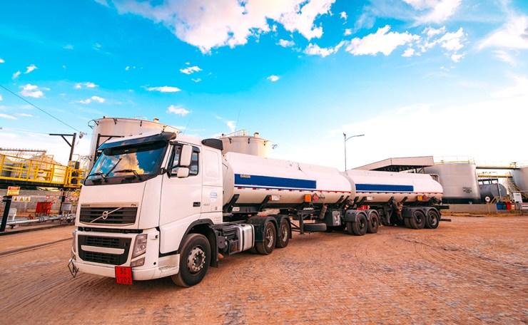 Caminhão tanque para transporte de combustíveis com equipamentos Lubmix.
