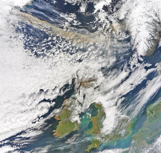 eruzione del vulcano eyjafjallajökull dallo spazio