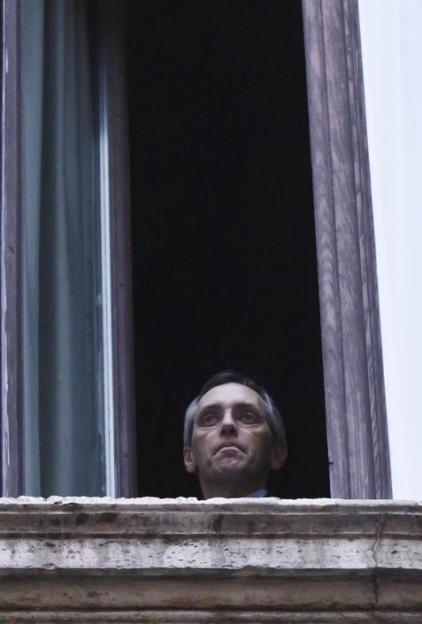 Esplora il significato del termine: Niccolò Ghedini si affaccia da una finestra del palazzo (Benvegnù - Guaitoli)Niccolò Ghedini si affaccia da una finestra del palazzo (Benvegnù - Guaitoli)