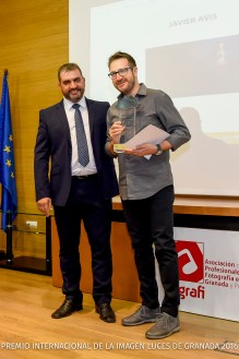 Ganador de la categoría de comunión: Javier Avis. Entrega el premio el presidente de Agrafi, Jose Luis Pozo en nombre del patrocinador de esta categoría: Restaurante El Coso.