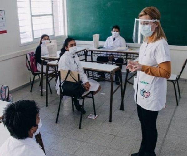 Maestra en clases con medidas de protección por la pandemia