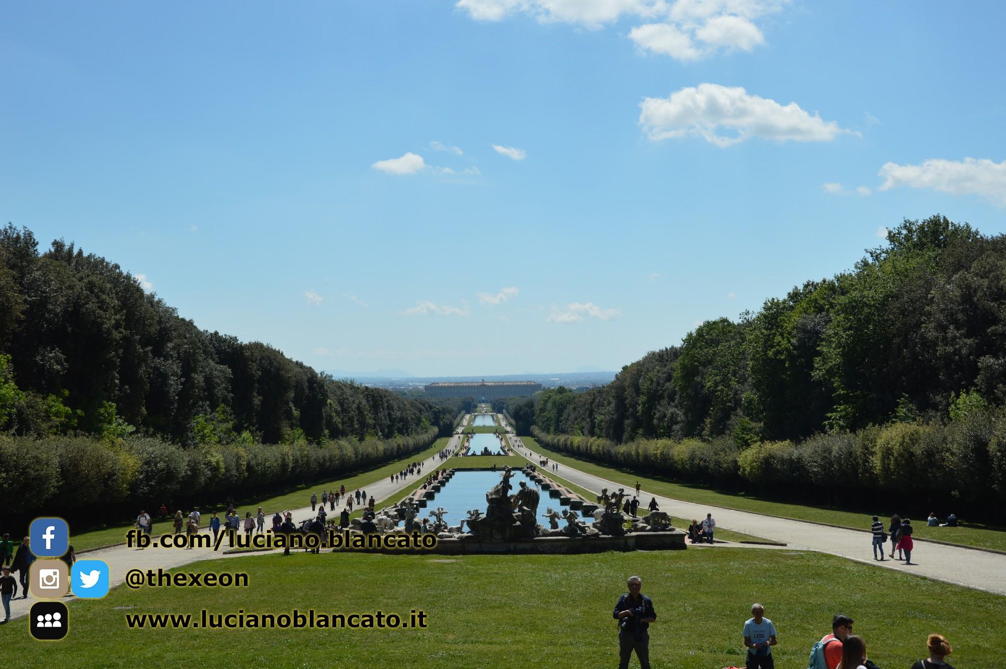 copy_2_Reggia di Caserta - vista della reggia dalle cascate