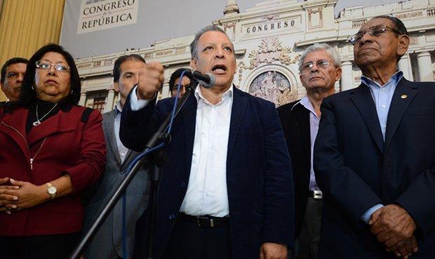 Frente Amplio exige vacancia de Kuczynski