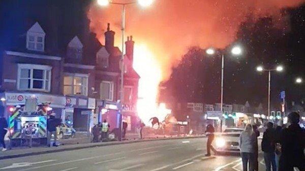 Fuerte explosión e incendio en Leicester — Inglaterra