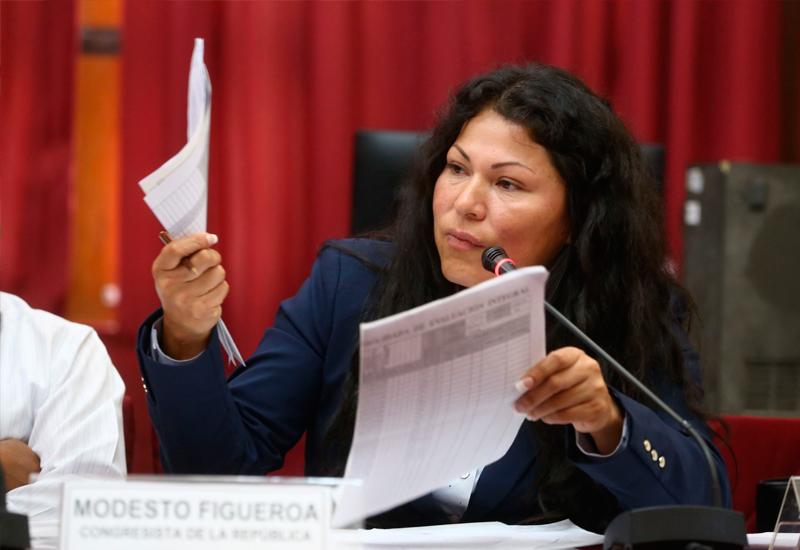 Congresista terminó colegio con compañeros inexistentes, denuncian — Perú