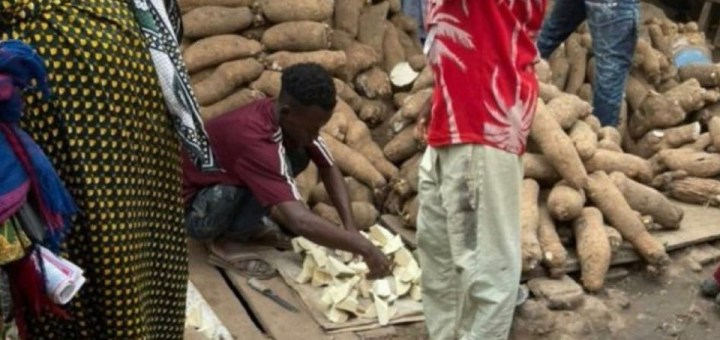 Viral photo of a yam seller selling slices of yam in the market