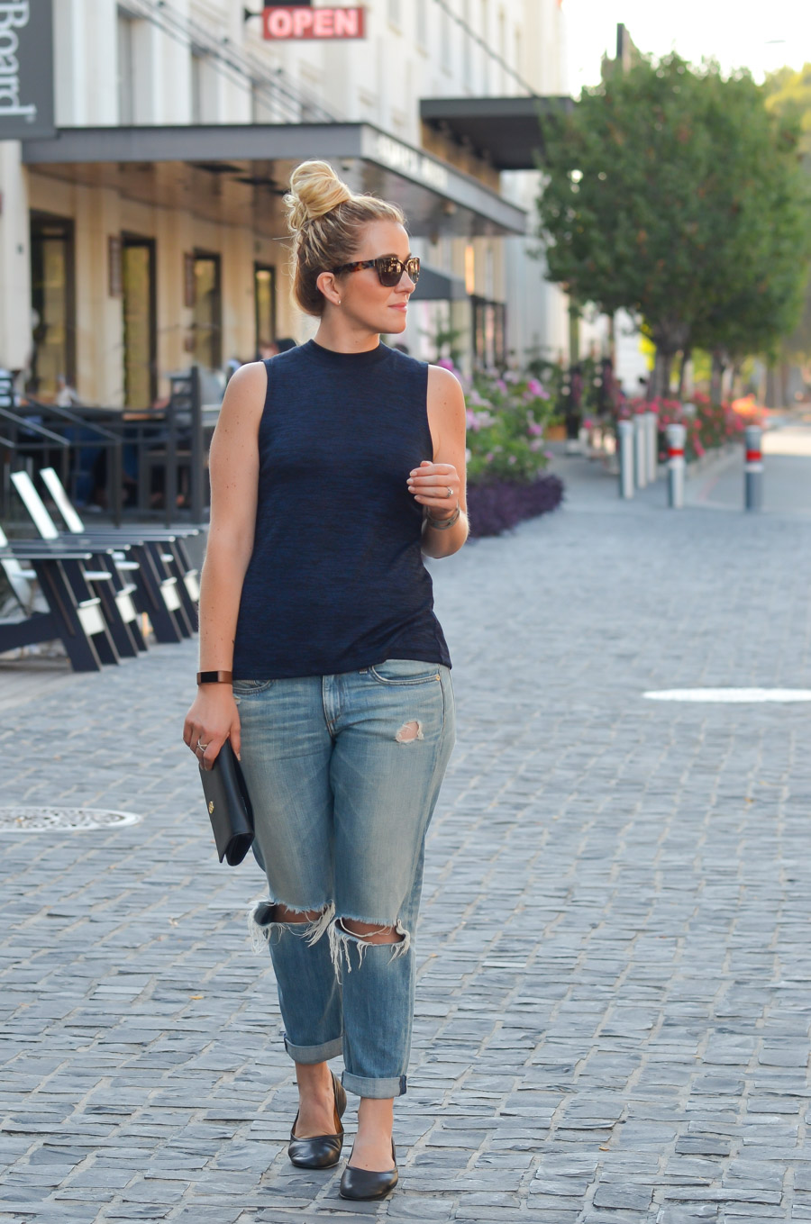 ea35afc66bc9 Boyfriend Jeans + Sleeveless Turtleneck Outfit Ideas for Summer