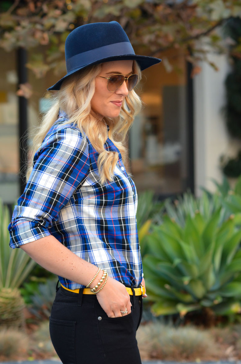 Chic Plaid Shirt Outfit w. Jeans