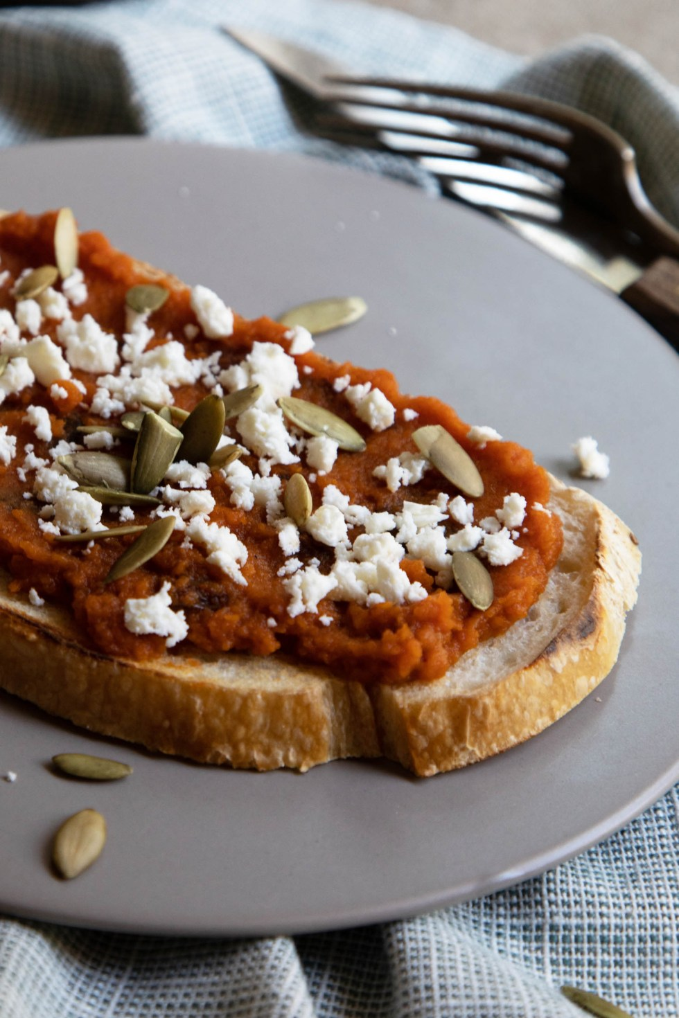 Easy Pumpkin Toast for Fall. Use up leftover pumpkin puree or break into a new jar or can for this scrumptious pumpkin toast that everyone will love. This savory pumpkin recipe is delicious or make a sweet pumpkin toast for fun!! #lmrecipes #pumpkin #fall #october #halloween