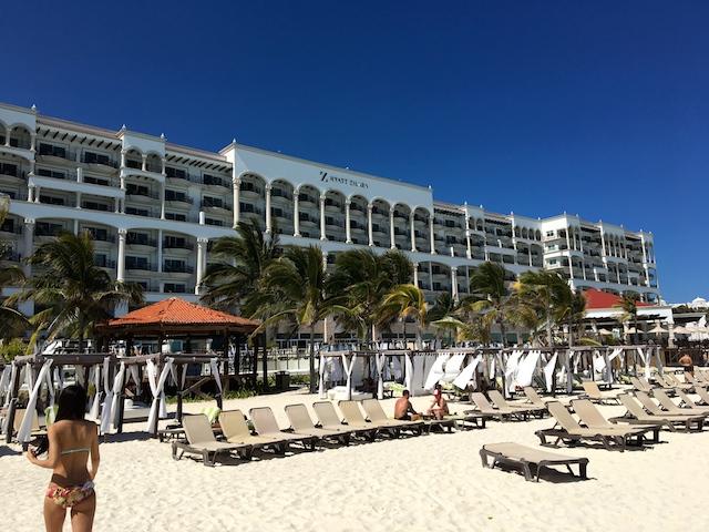 砂浜から見たホテル