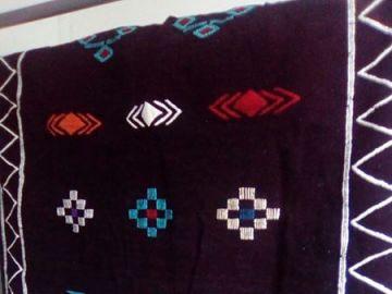 tapis berbere marocain noir et rouge