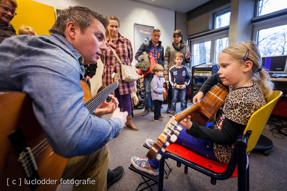 Mara Paulus wil wel gitaar leren spelen. Opendag M