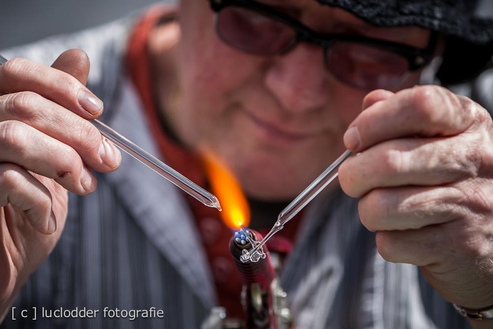 Glaskunstenaar bezig op de Heelejse Joarmaat Heerl