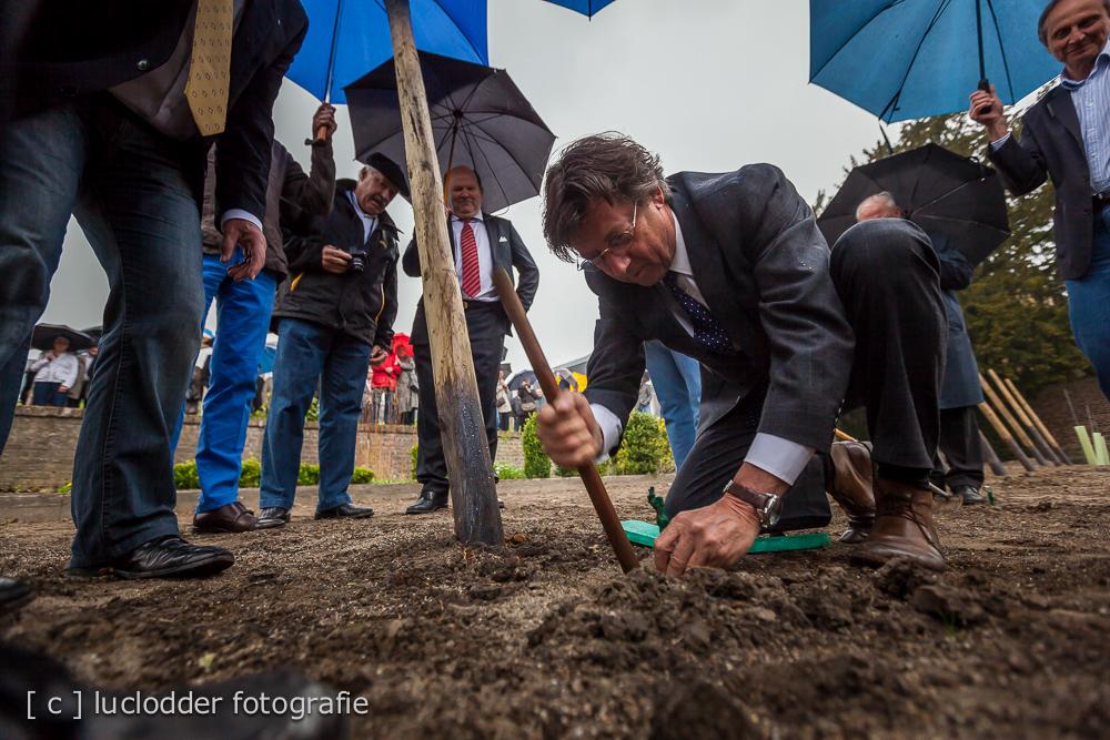 Opening wijngaard Rolduc Burgemeester Som plant ee