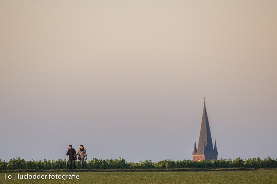 Wandelen omgeving Rimburg - in de achtergrond de kerktoren van Scherpenseel (D) die net boven de horizon uitkomt.
