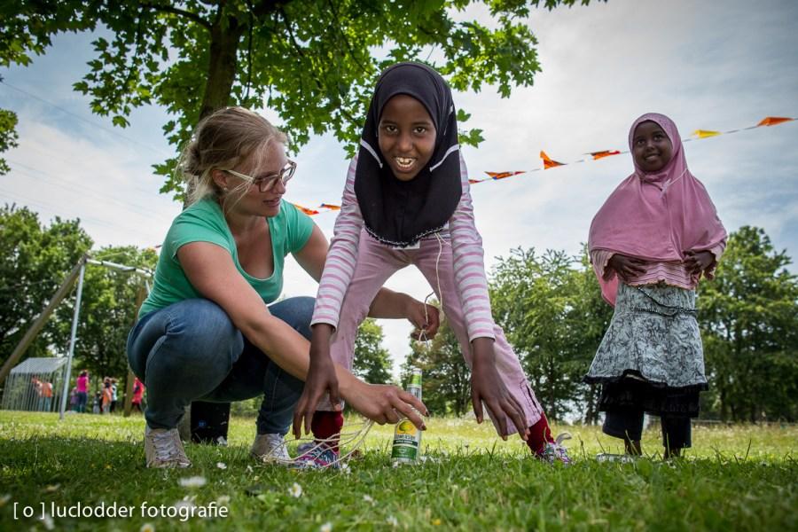 In het Asielzoekerscentrum in Heerlen speelden kinderen oud hollandse spelletjes.