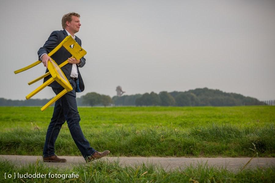 Uit protest tegen schaliegas winning werden er gele stoelen gevonden en doorgegeven.