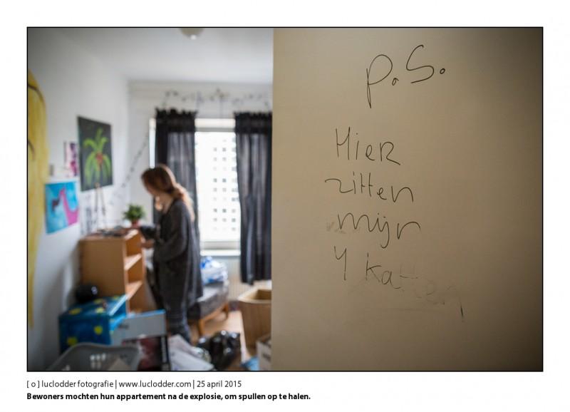 Mevr. Henny de Jonge mocht met dochter Cassandra Dohmen hun appartement in aan de Van Weerden Poelmanstraat om spulletjes te verhuizen naar hun nieuwe flat. Aangezien hun huidige flat zwaar beschadigd en onbewoonbaar werd na de explosie van afglopen maandagochtend.