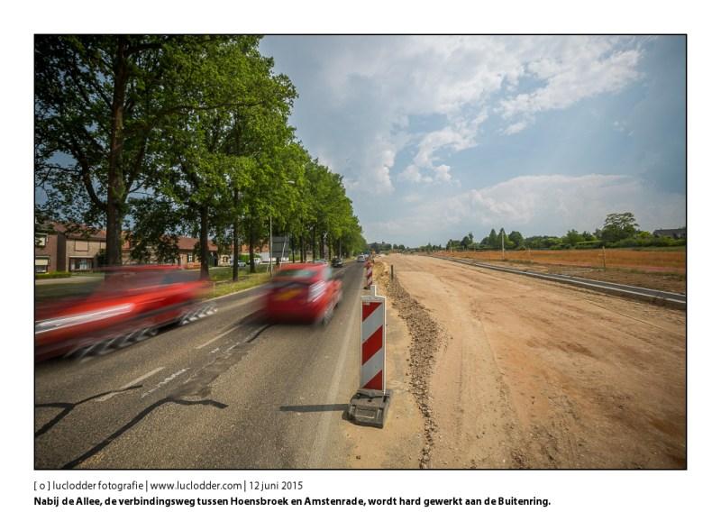 Nabij de Allee, de verbindingsweg tussen Hoensbroek en Amstenrade, wordt hard gewerkt aan de Buitenring. Rechts in beeld de monumentale bomen en links de aanleg van de grote rotonde.
