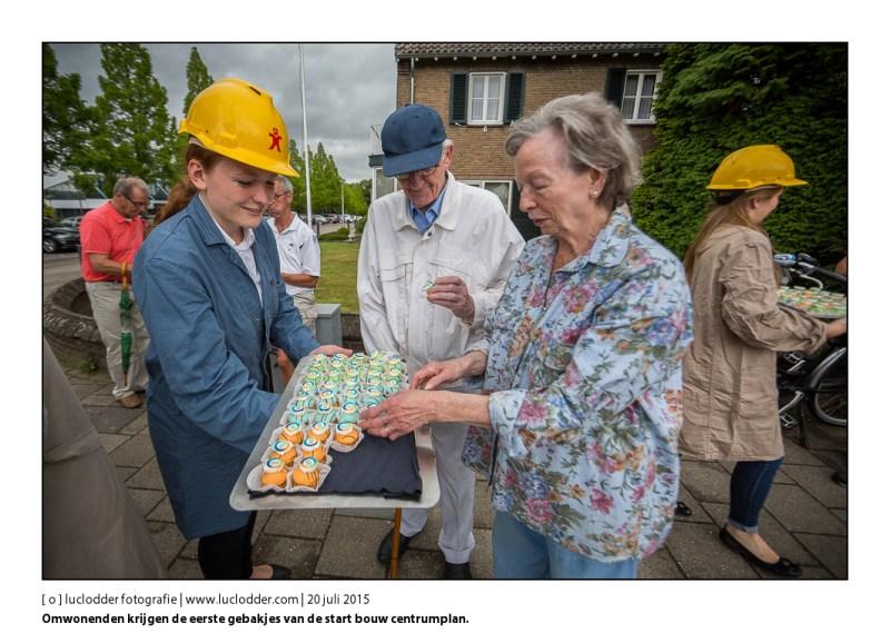 Omwonenden krijgen de eerste gebakjes van de start bouw centrumplan. Officiele start centrumplan Kerkrade