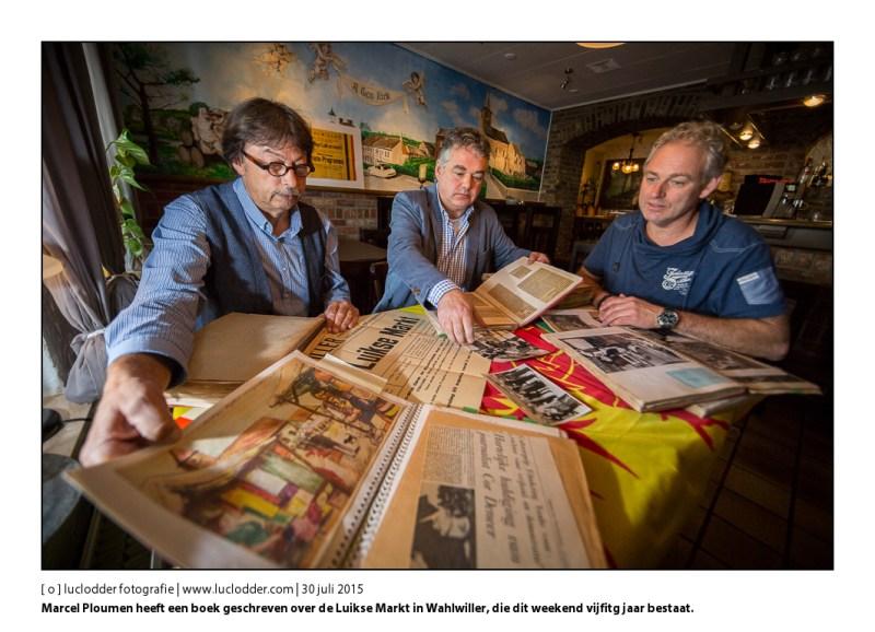 Marcel Ploumen heeft een boek geschreven over de Luikse Markt in Wahlwiller, die dit weekend vijfitg jaar bestaat. Samen met voorzitter bekijken ze plakboeken en oude affiches in cafe A gene kirch