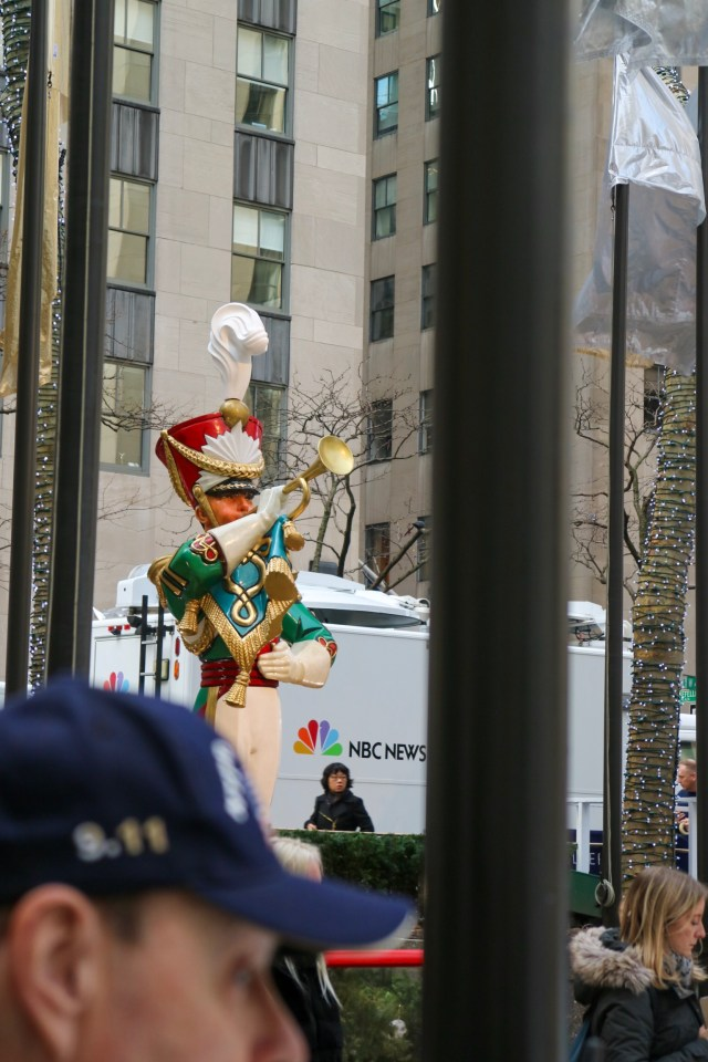 statue at the rockefeller tree