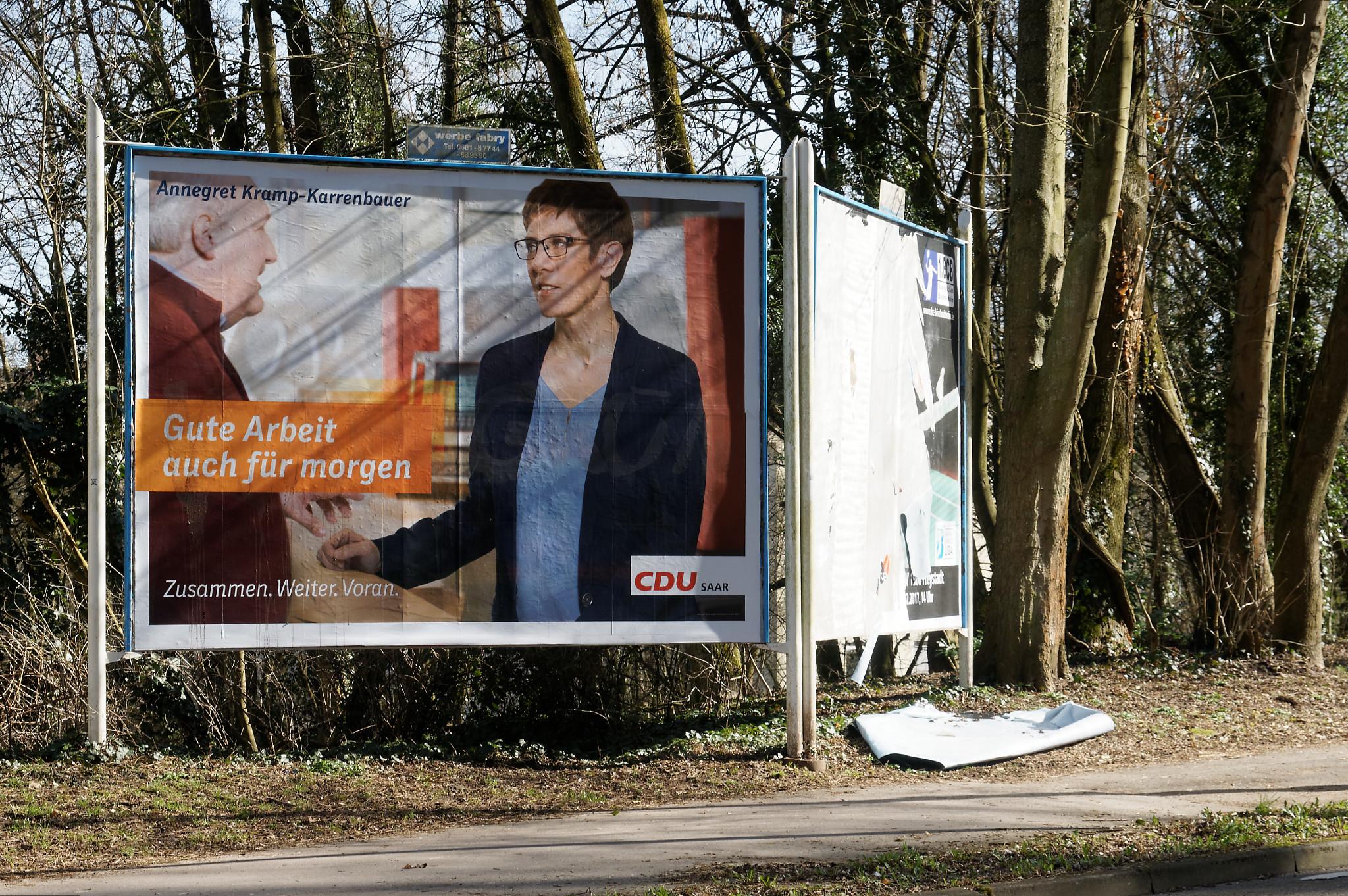 Die Noch-Ministerpräsidentin Annegret Kramp-Karrenbauer spricht mit ihrem senilen Noch-Innenminister Klaus Bouillon.