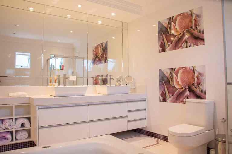 Badezimmer mit Wanddeko