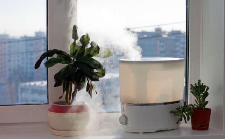 Luftreiniger steht auf Fensterbrett