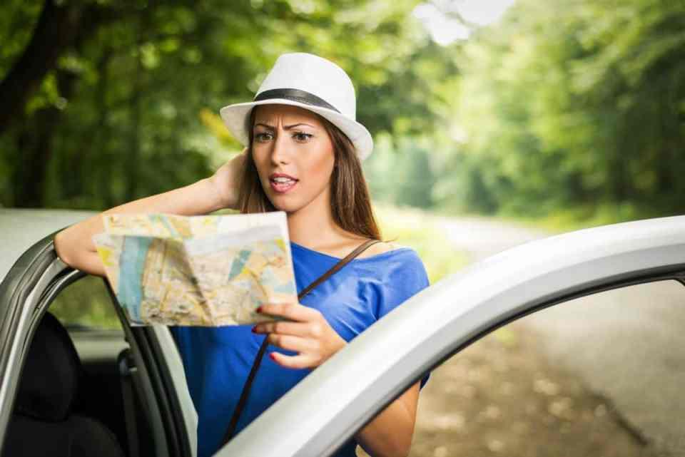 mujer mirando mapa