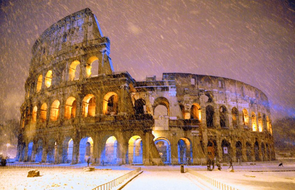 el coliseo en roma se cubre de nieve