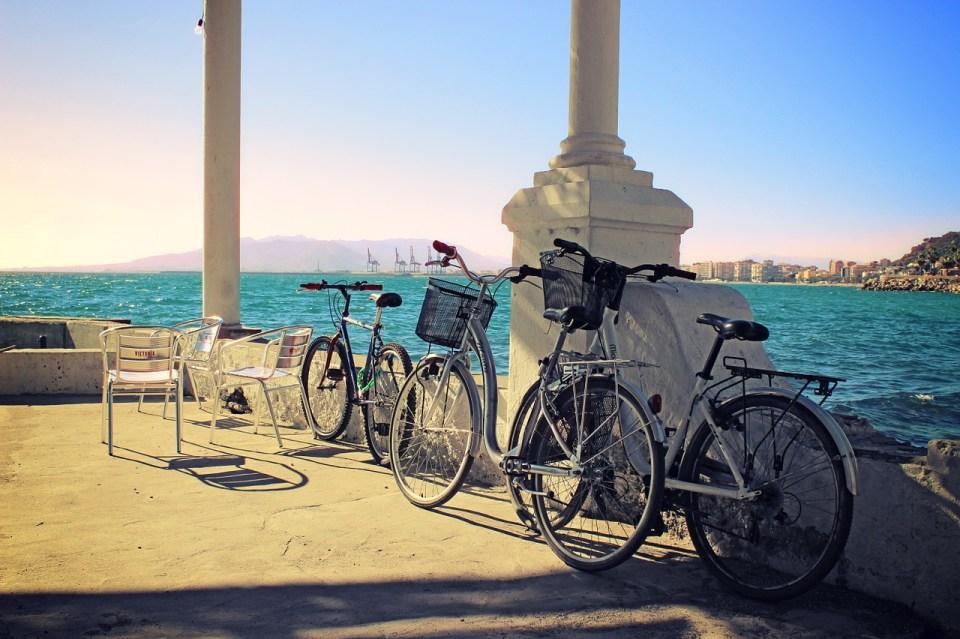 Málaga, una de las ciudades que ver dentro de las mejores rutas de cicloturismo en España