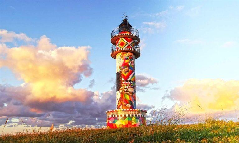 bonito faro de colores en Cantabria