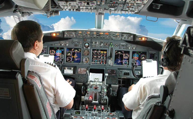 Qué hacen los pilotos de avión durante un vuelo