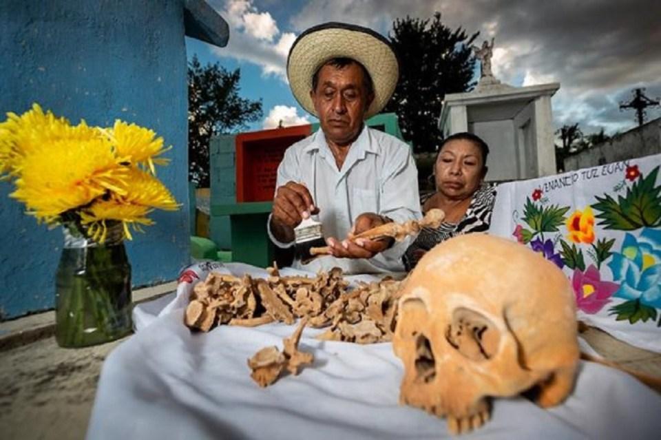 En el sur del país se limpian los huesos de los muertos